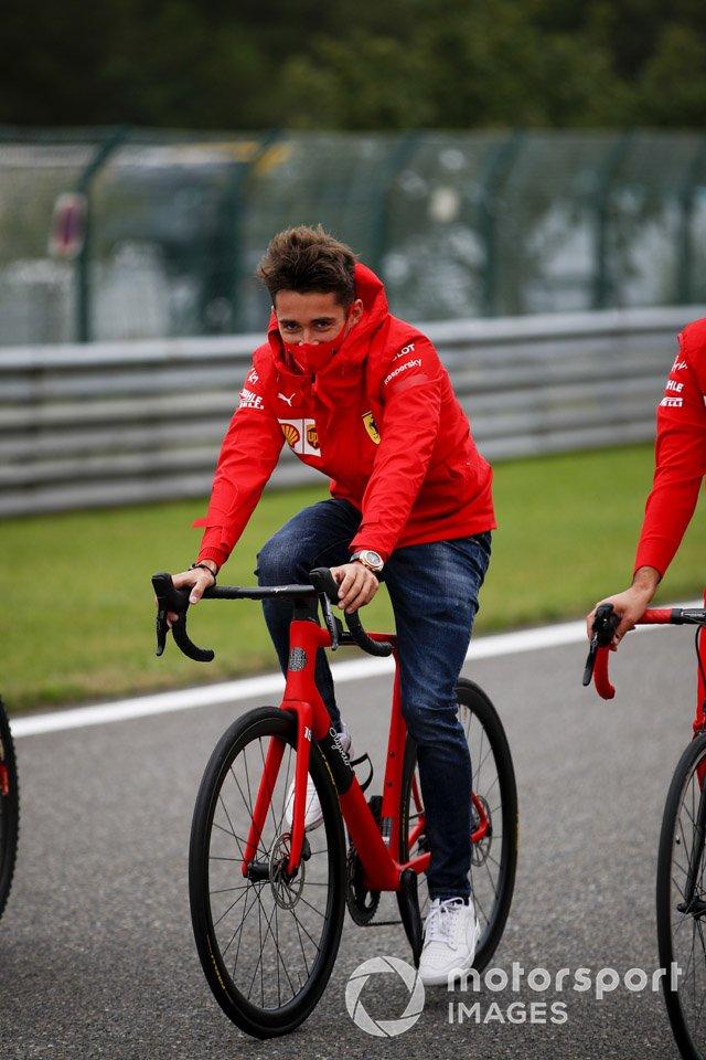 Charles Leclerc, Ferrari, recorre la pista en bici