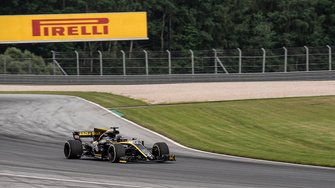 Guanyu Zhou, Renault Sport Academy, con un Renault F1 de 2017 en Austria