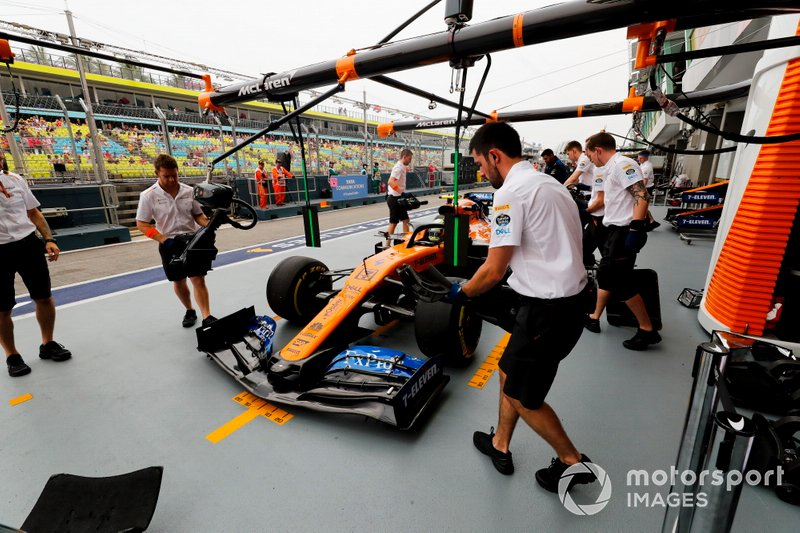 McLaren mechanics in the pit lane with Lando Norris, McLaren MCL34