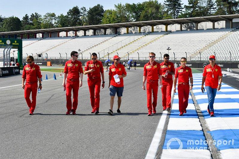 Sebastian Vettel, Ferrari, ispeziona il circuito con i suoi meccanici