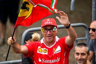Un fan della Ferrari sventola la sua bandiera
