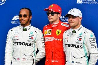 Segundo Lewis Hamilton, Mercedes AMG F1, ganado de la pole Charles Leclerc, Ferrari y el tercero Valtteri Bottas, Mercedes AMG F1 en Parc Ferme