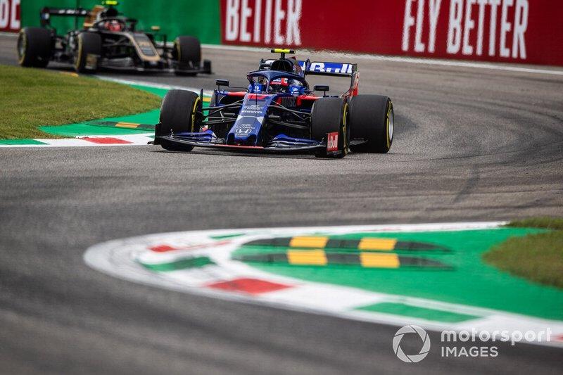 Pierre Gasly, Toro Rosso STR14, leads Kevin Magnussen, Haas F1 Team VF-19