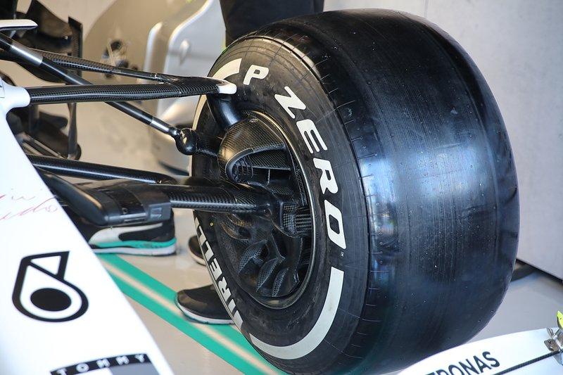 Mercedes W10: Vorderradaufhängung mit Bremskühlung