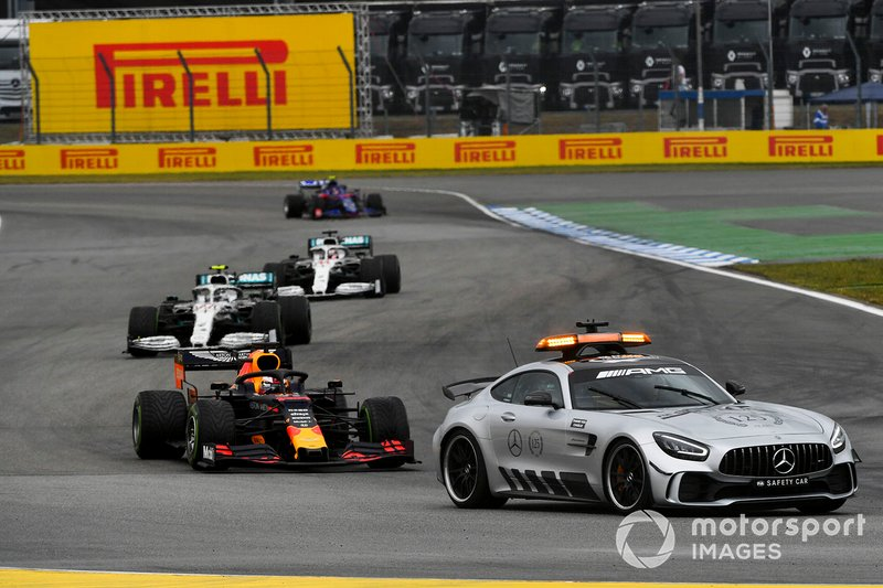 El Coche de Seguridad lidera Max Verstappen, Red Bull Racing RB15, Valtteri Bottas, Mercedes AMG W10, y Lewis Hamilton, Mercedes AMG F1 W10.
