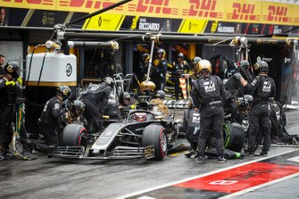 Romain Grosjean, Haas F1 Team VF-19 pit stop