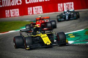 Nico Hulkenberg, Renault F1 Team R.S. 19, devant Charles Leclerc, Ferrari SF90, et Lewis Hamilton, Mercedes AMG F1 W10