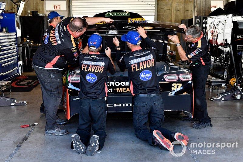 Chris Buescher, JTG Daugherty Racing, Chevrolet Camaro Kroger Fast Lane to Flavor crew