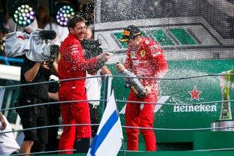 Matteo Togninalli, Capo degli ingegneri della pista, Ferrari, e Charles Leclerc, Ferrari, primo classificato, festeggiano sul podio