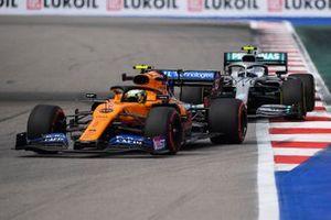 Lando Norris, McLaren MCL34, devant Valtteri Bottas, Mercedes AMG W10
