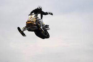 Un jump en motoneige