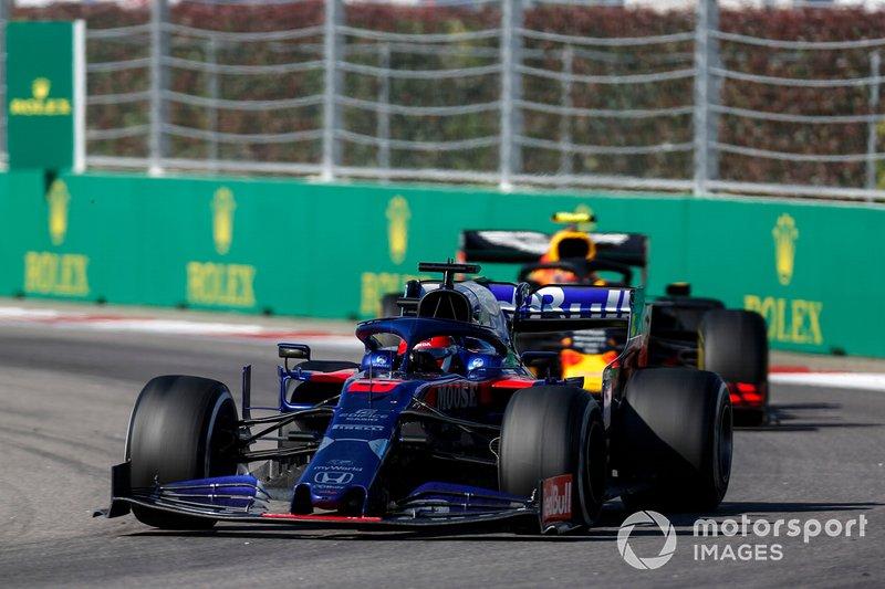 Daniil Kvyat, Toro Rosso STR14, precede Alex Albon, Red Bull RB15