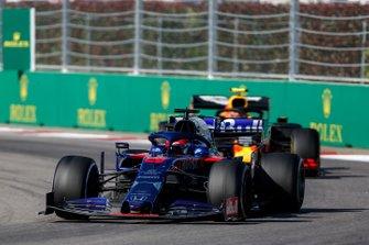 Daniil Kvyat, Toro Rosso STR14, devant Alex Albon, Red Bull RB15