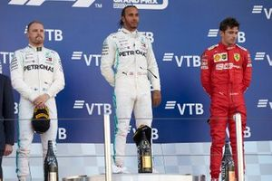 Valtteri Bottas, Mercedes AMG F1, secondo classificato, Lewis Hamilton, Mercedes AMG F1, primo classificato, e Charles Leclerc, Ferrari, terzo classificato, sul podio