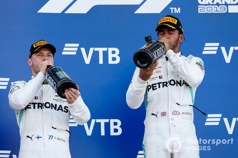 Podio: segundo lugar Valtteri Bottas, Mercedes AMG F1, y el ganador Lewis Hamilton, Mercedes AMG F1