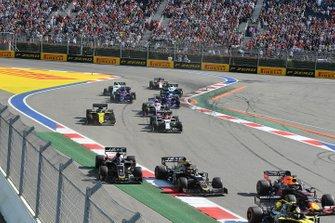 Nico Hulkenberg, Renault F1 Team R.S. 19, voor Max Verstappen, Red Bull Racing RB15, Kevin Magnussen, Haas F1 Team VF-19, Romain Grosjean, Haas F1 Team VF-19, Antonio Giovinazzi, Alfa Romeo Racing C38, Daniel Ricciardo, Renault F1 Team R.S.19, en de rest van het veld