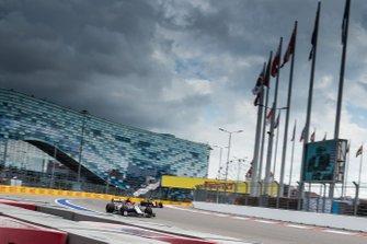 Kimi Raikkonen, Alfa Romeo Racing C38, voor Lando Norris, McLaren MCL34