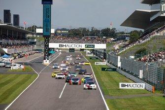 Start action, #42 BMW Team Schnitzer BMW M6 GT3: Augusto Farfus, Nick Yelloly, Martin Tomczyk leads