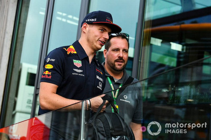 Max Verstappen, Red Bull Racing, et un employé de Schuberth