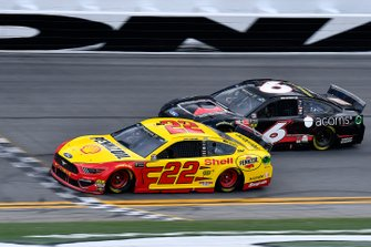 Joey Logano, Team Penske, Ford Mustang Shell Pennzoil and Ryan Newman, Roush Fenway Racing, Ford Mustang Roush Performance