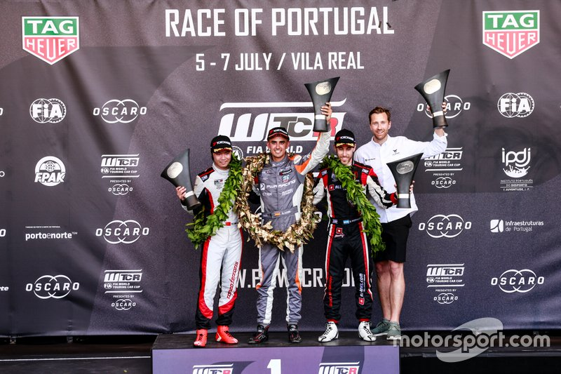 Podium: Race winner Mikel Azcona, PWR Racing CUPRA TCR, second place Ma Qing Hua, Team Mulsanne Alfa Romeo Giulietta TCR, third place Esteban Guerrieri, ALL-INKL.COM Münnich Motorsport Honda Civic Type R TCR