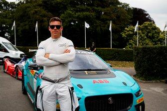 Jack Lambert delante del Trofeo I-PACE eTrophy de Jaguar