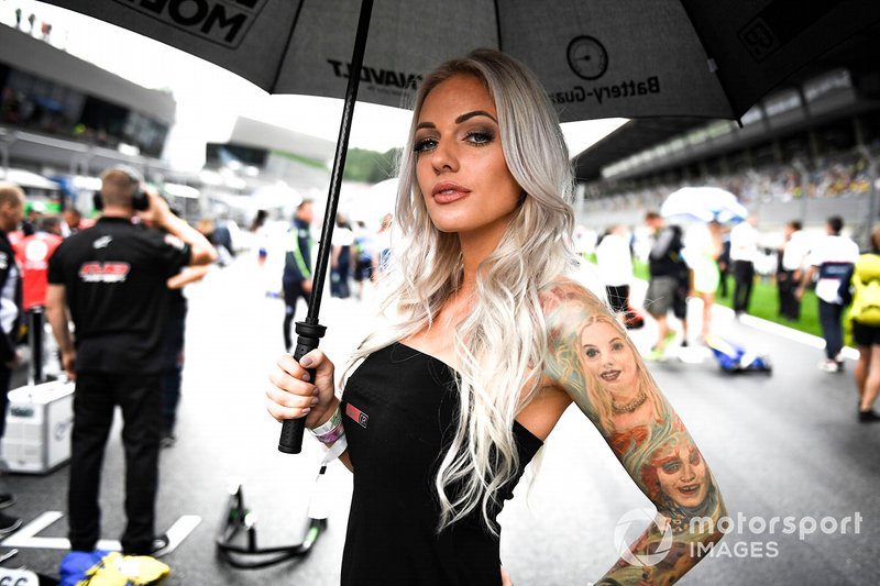 Грид-герл одной из команд MotoGP на Гран При Австрии