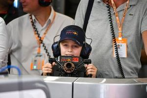 A young guest in the Red Bull garage with the steering wheel of Max Verstappen, Red Bull Racing