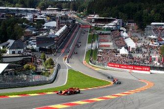 Charles Leclerc, Ferrari SF90, devant Lewis Hamilton, Mercedes AMG F1 W10 Sebastian Vettel, Ferrari SF90, et Valtteri Bottas, Mercedes AMG W10