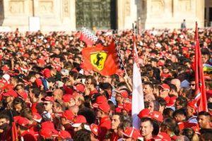 Una bandiera Ferrari sventola tra il pubblico