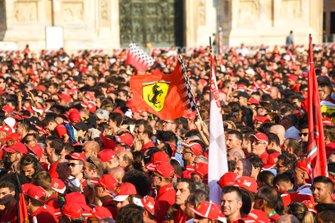 Un drapeau Ferrari dans la foule