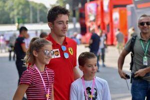 Charles Leclerc, Ferrari toma una foto con jóvenes fans