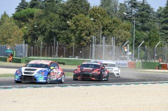 Igor Stefanovski, Cupra TCR, davanti a Jacopo Guidetti, BF Motorsport, Audi RS 3 LMS