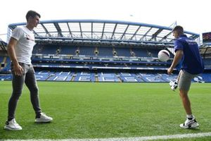 Maverick Viñales (Yamaha) gioca a calcio con il portiere del Chelsea, Kepa Arrizabalaga