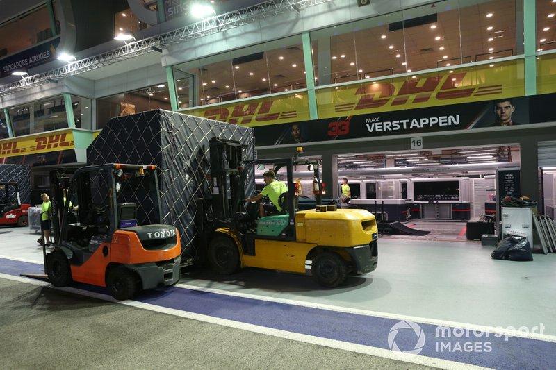 Casse Red Bull Racing davanti al garage di Max Verstappen