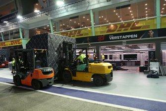 Vracht arriveert bij de Red Bull Racing garage van Max Verstappen