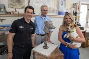 Simon Pagenaud, Team Penske, his dog Norman, with the sculptor William Behrends