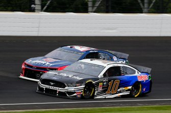 Aric Almirola, Stewart-Haas Racing, Ford Mustang Smithfield / Meijer and William Byron, Hendrick Motorsports, Chevrolet Camaro Liberty University