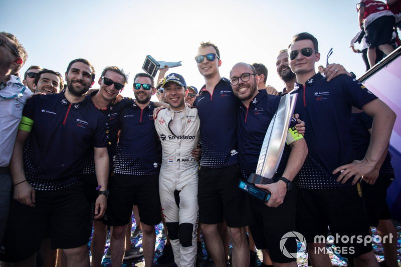 Race winner Robin Frijns, Envision Virgin Racing celebrates with his team