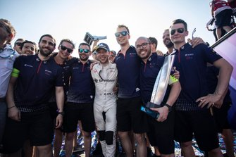 Race winner Robin Frijns, Envision Virgin Racing celebrates with his team