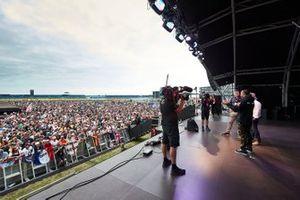 Lewis Hamilton, Mercedes AMG F1, sul palco con Johnny Herbert, Sky Sports F1