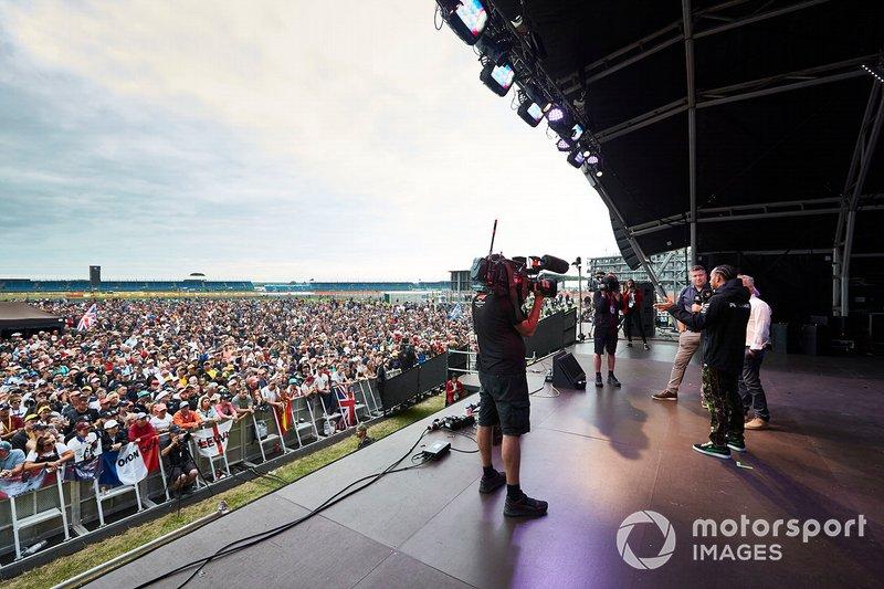 Lewis Hamilton, Mercedes AMG F1, en el escenario con Johnny Herbert, Sky Sports F1