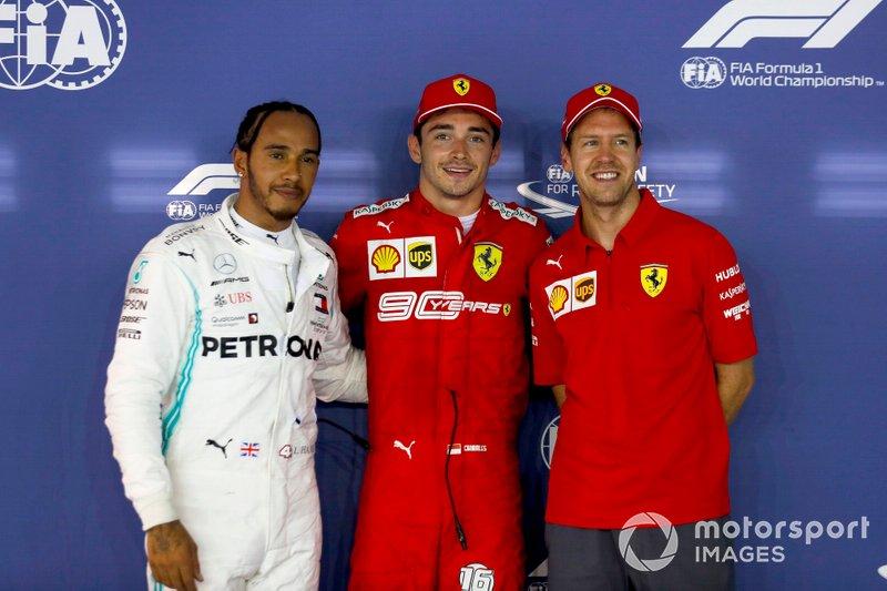 Los tres primeros: segundo Lewis Hamilton, Mercedes AMG F1, ganador de la pole Charles Leclerc, Ferrari y el tercero Sebastian Vettel, Ferrari en Parc Ferme