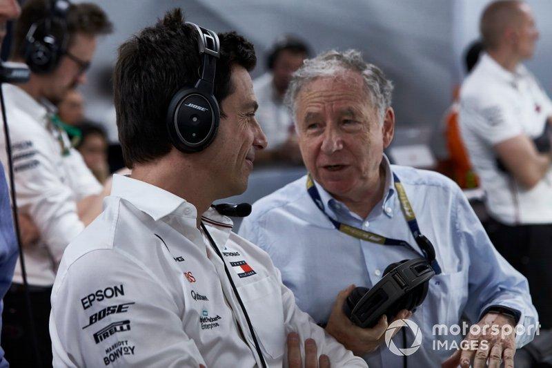 Toto Wolff, Executive Director (Business), Mercedes AMG, guarda le Qualifiche con Jean Todt, President, FIA