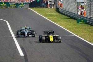 Daniel Ricciardo, Renault F1 Team R.S.19, en Valtteri Bottas, Mercedes AMG W10