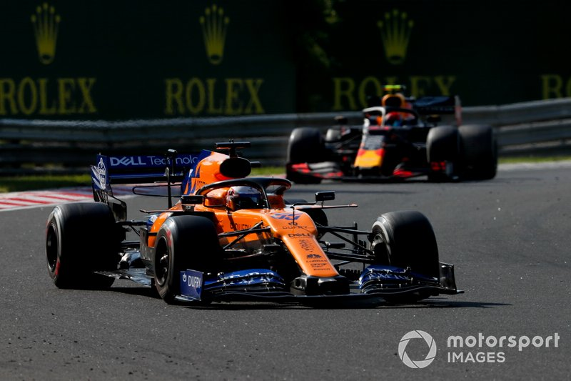 Carlos Sainz Jr., McLaren MCL34, precede Pierre Gasly, Red Bull Racing RB15