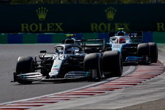 Valtteri Bottas, Mercedes AMG W10, voor Robert Kubica, Williams FW42
