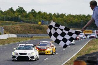 Alex Morgan, Cupra TCR, Wolf-Power Racing, salué par le drapeau à damiers