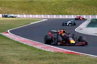 Max Verstappen, Red Bull Racing RB15, precede Lewis Hamilton, Mercedes AMG F1 W10, e Charles Leclerc, Ferrari SF90