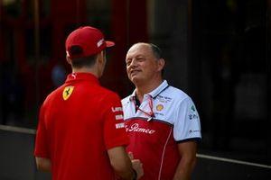 Frederic Vasseur, teambaas Alfa Romeo Racing en Charles Leclerc, Ferrari